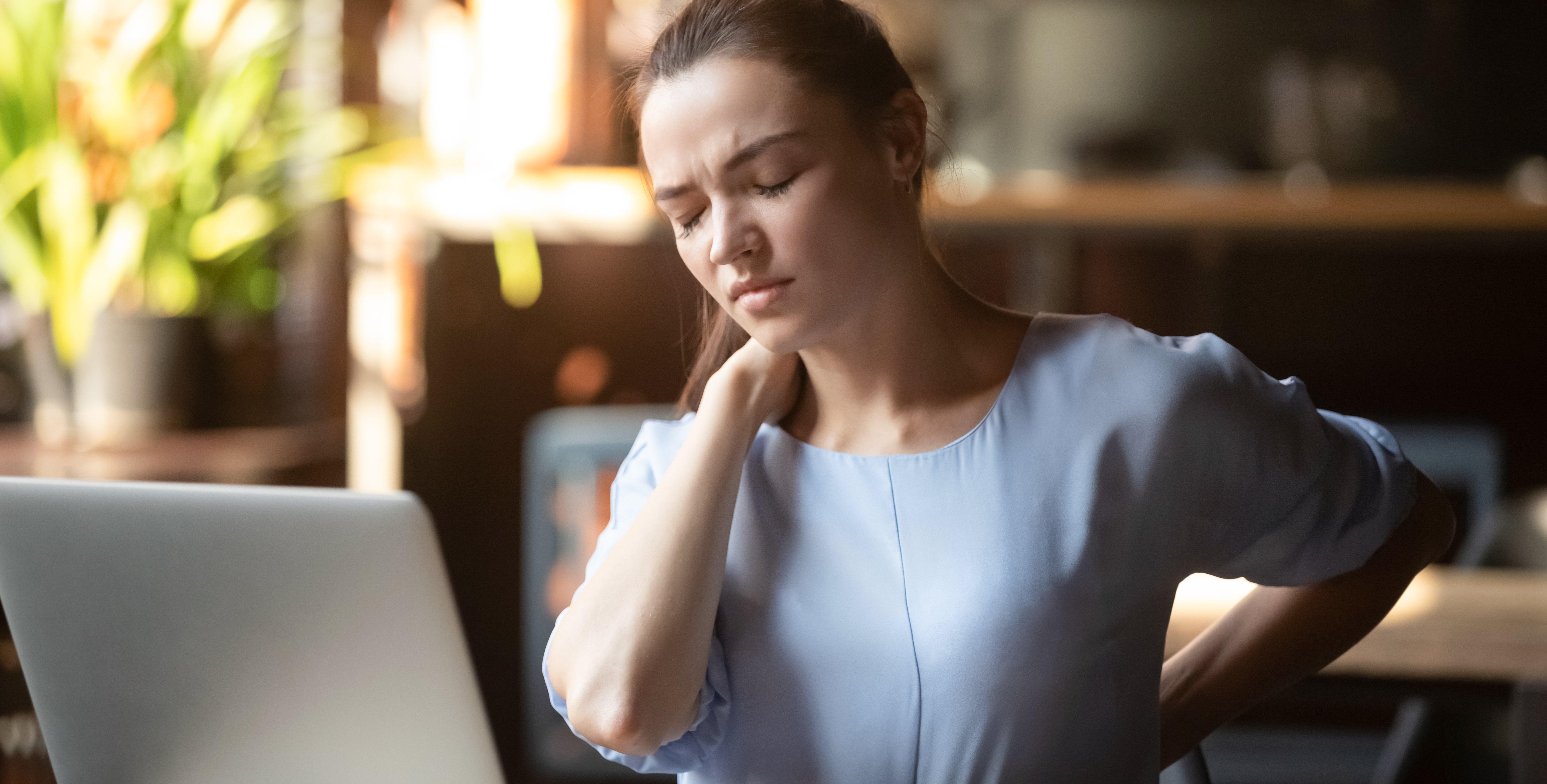 Een ergonomisch verantwoorde werkplek kan je helpen pijn te voorkomen